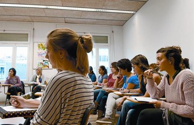 Clase de formación para maestros de párvulos, en el Grup de Mestres Rosa Sensat en Barcelona, el pasado jueves.