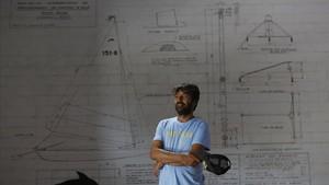 Figuerola, en su astillero, delante de las instrucciones de diseño del patín de vela de los hermanos Mongé.