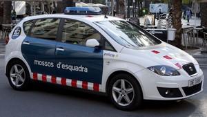 Un coche de los Mossos dEsquadra patrullando por el centro de Barcelona, en una foto de archivo