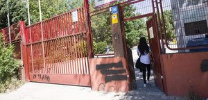 Una joven accede al IES Ciudad de Jaén, donde estudiaba el menor que se suicidó el 1 de abril.
