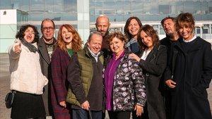 Algunos de los actores de la serie 'Com si fos ahir' (TV-3), durante el rodaje de una secuencia del capítulo 500.