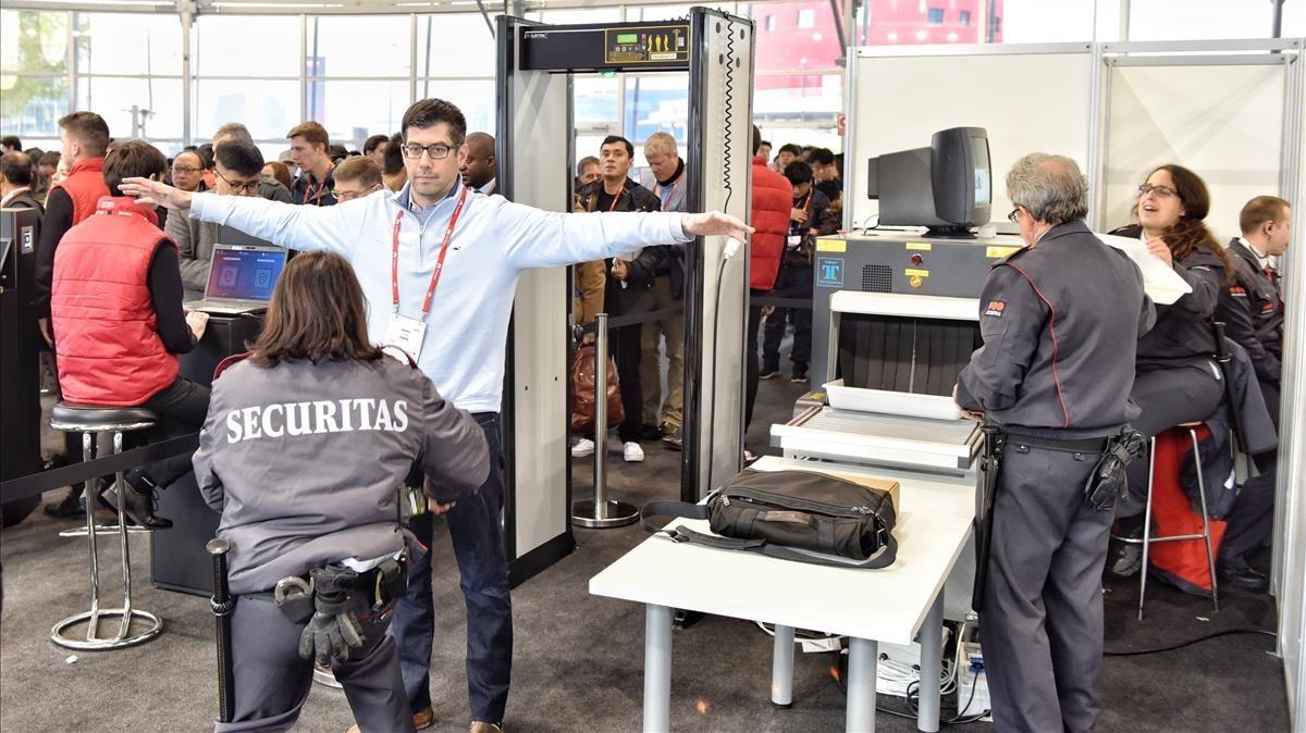 Controles de seguridad en las entradas al congreso.