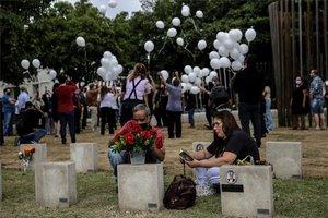 Homenaje a las víctimas de COVID-19 en un cementerio de Brasil.