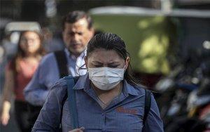 Una mujer con cubrebocas en Chile por el coronavirus.