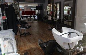 Una peluquería vacía en Alcorcón, Madrid.