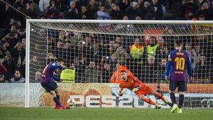 Coutinho anota de penalti el primer gol del Barça.
