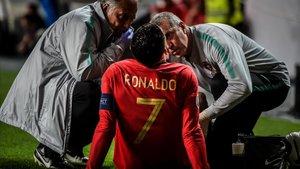 Cristiano Ronaldo atendido por los médicos instantes después de su lesión con Portugal.