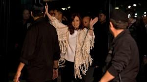 Cristina Fernández de Kirchner saluda a sus seguidores tras llegar a Buenos Aires para declarar sobre las irregularidades del Banco Central, el 11 de abril.