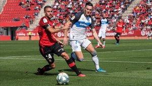 Dani Rodriguez (Mallorca) y Lucas Pérez (Alavés) luchan por un balón en Son Moix.