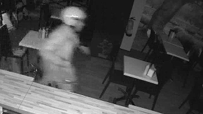 Vídeo que muestra cómo el ladrón accedía a los establecimientos rompiendo el cristal a base de empujones o empotrando algún vehículo.