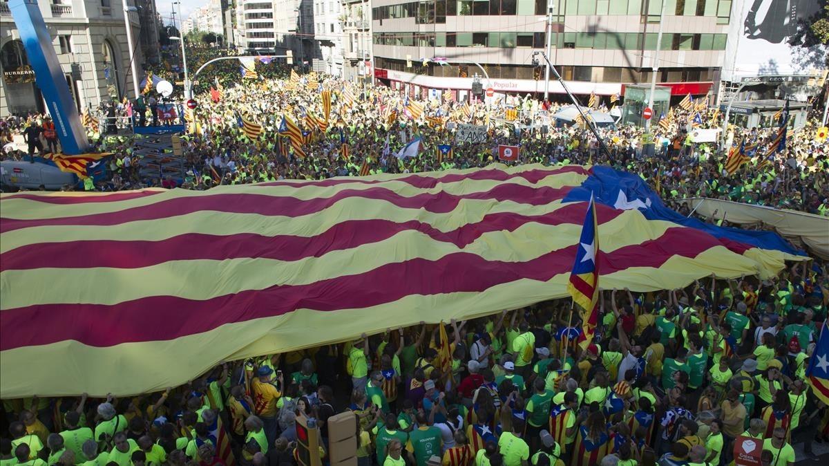 Diada de Catalunya a la zona de passeig de Gràcia amb Aragó. A la foto, estelades el dia més assenyalat. CARLOS MONTAÑÉS