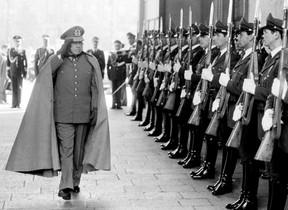 El dictador Augusto Pinochet pasa revista a las tropas, en Santiago de Chile.
