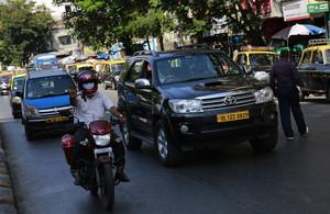 Dinish Karamsesula, conductor de Uber en las calles de Bombay, con su todoterreno.