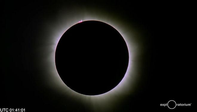 Momento de un eclipse penumbral de luna.