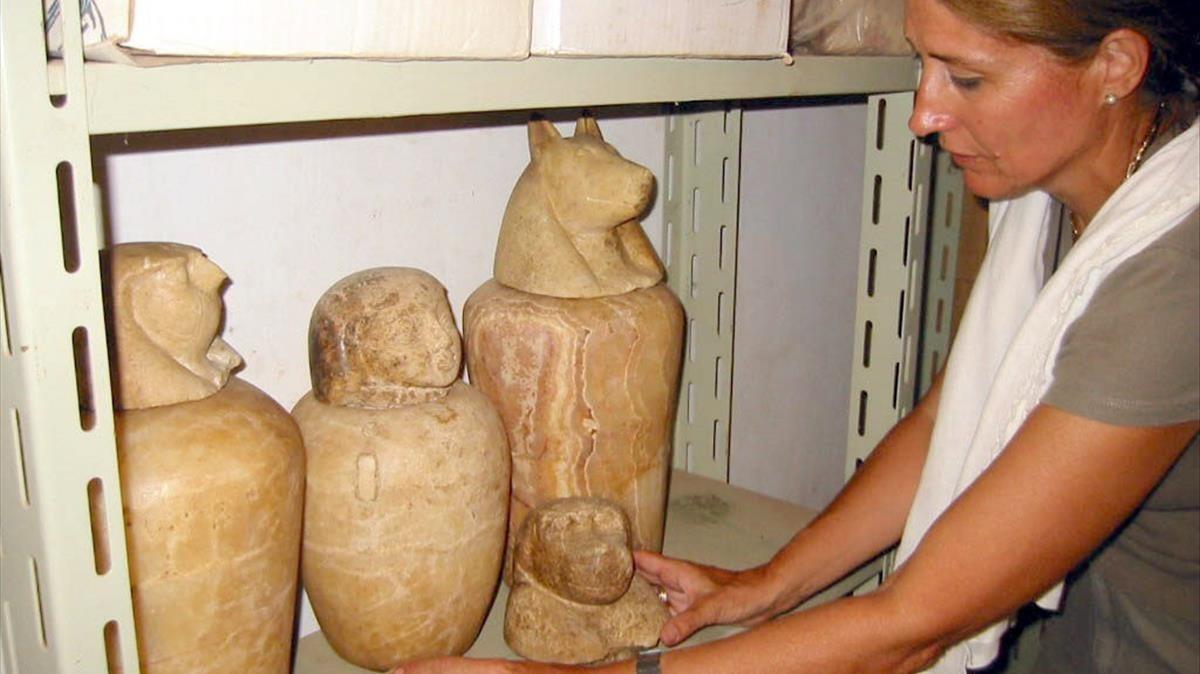 La egiptóloga Carmen Pérez Die, en el 2002, con piezas halladas en las misiones que dirige en Heracleópolis Magna, en Egipto.