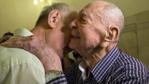 Eliahu Pietruszka (derecha) abraza con emoción a su sobrino Alexandre, en su encuentro por primera vez en Kfar Saba (Israel), el 16 de noviembre.