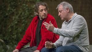 Ramon Madaula (izquierda) y Jordi Bosch, en una escena de Adossats.
