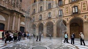 La escultura Anna, de hilo de acero, de Jaume Plensa, que hasta noviembre lucirá en el atrio de la basílica de Montserrat.