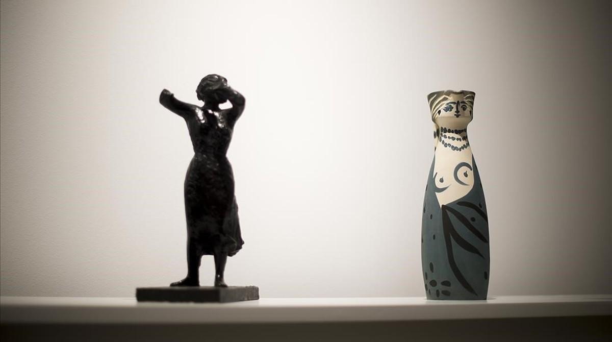 Escultura de Julio González, del ciclo 'Montserrat gritando', junto a cerámica de Picasso ('Mujer'), en la muestra 'Artistas revolucionarios', en la galería Mayoral.