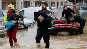 Evacuación de varios vecinos en un barrio de Aude afectado por las inundaciones.