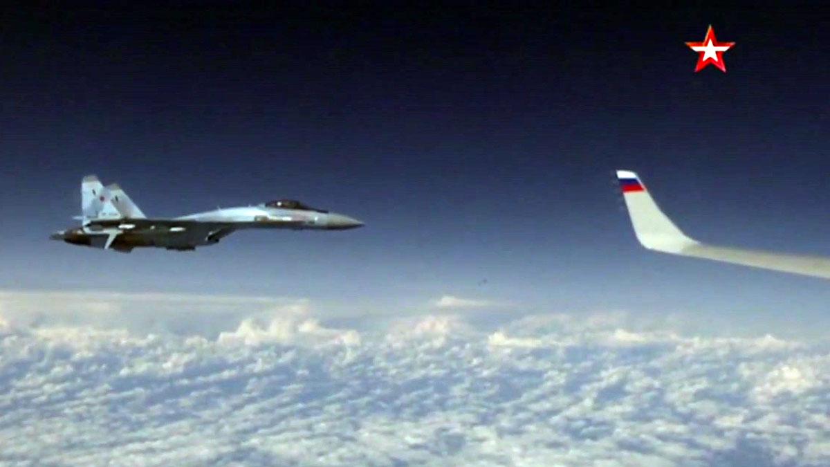 Un F18 de la OTAN se acerca a un avión donde viajael ministro de defensa ruso.