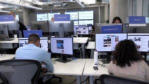 GRAF4302. DUBLÍN, 05/05/2019.- La estrategia de Facebook para evitar la desinformación en las elecciones europeas girará en torno a la detección de cuentas falsas, los convenios con verificadores externos y la gestión de la publicidad política, según ha informado la compañía de Mark Zuckerberg. En un evento organizado en el Centro de Operaciones y Datos que Facebook tienen en Dublín, la empresa ha reunido a la prensa internacional para visibilizar el espacio desde el que se dirige la monitorización y la retirada de contenidos perjudiciales para los procesos electorales. EFE/Nacho Martín