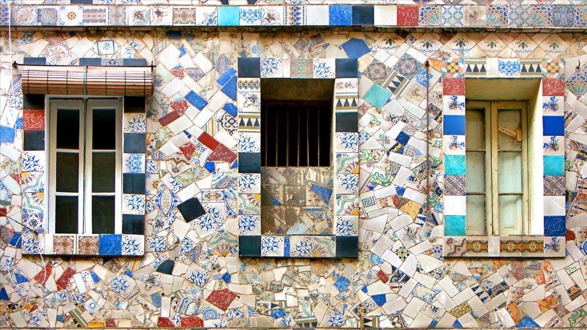 Fachada decorada con mosaicos en la calle Elkano, 4.