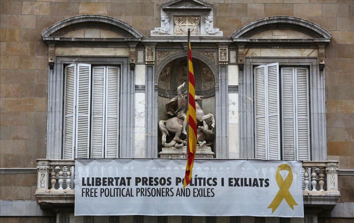 La fachada de la Generalitat, el pasado día 13, con el lazo amarillo en el balcón.