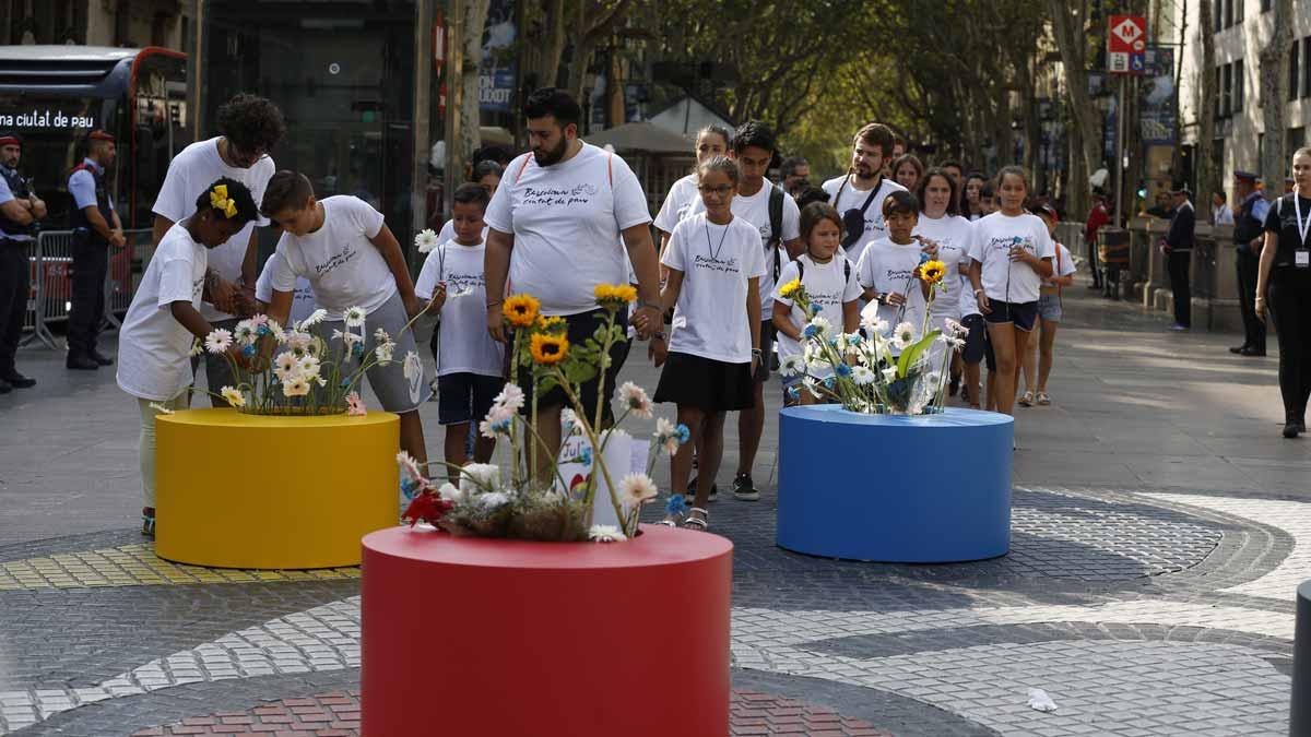 Familiares de las víctimas y autoridades protagonizan una ofrenda floral en La Rambla.