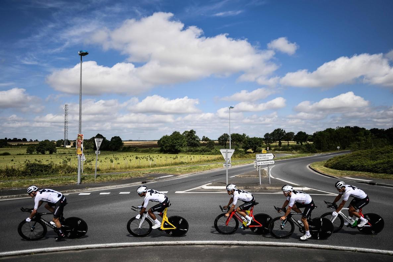 Chris Froome (con la bici amarilla) y sus compañeros del Sky, durante el primer entrenamiento en Francia.
