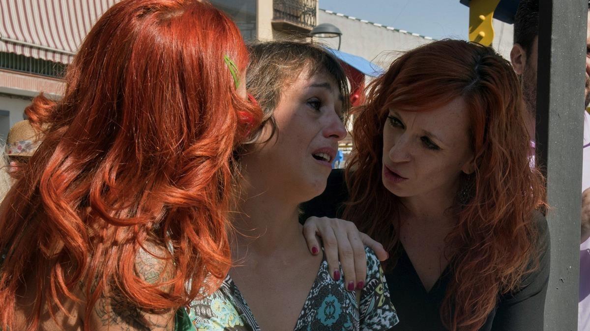 Juana Riva, centro, tras una rueda de prensa celebrada el pasado martesen la que denunció su caso.