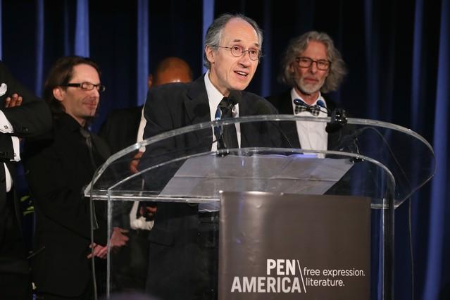 Gérard Biard, director de Charlie Hebdo, recoge el premio de PEN America a la libertad de expresión, este martes en Nueva York.
