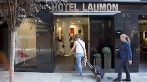 Un grupo de turistas, ante un hotel de Sant Andreu.