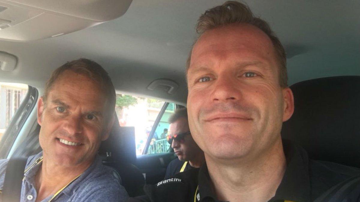 El director del Trek, Steven de Jongh, junto a Frank de Boer durante una visita delexfutbolistaen el pasado Tour de Francia
