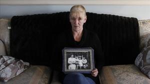 Helen McKendry, amb una foto de la seva mare, a la seva casa de Killyleagh, el 12 de gener del 2012.