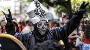 Un hombre con máscara de calavera, este jueves en Rio de Janeiro.