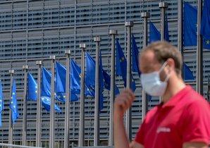 Un hombre con mascarilla, ante la sede de la Comisión Europea, en Bruselas.