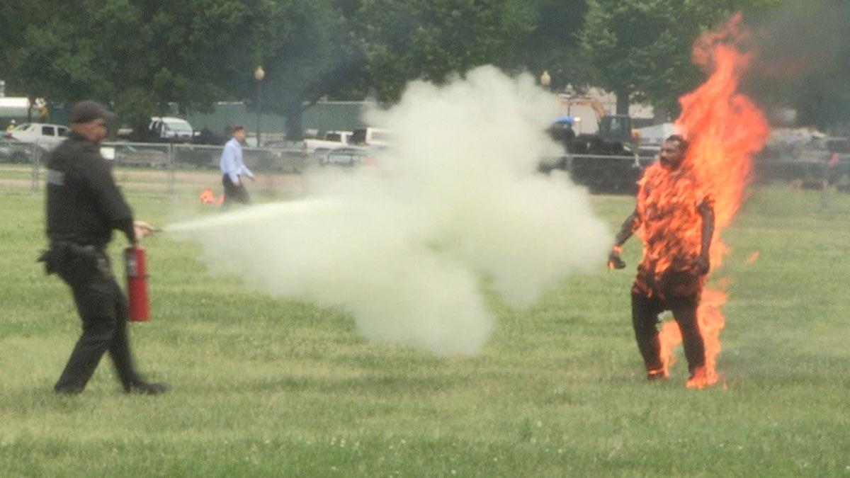 Un hombre se prende fuego frente a la Casa Blanca.