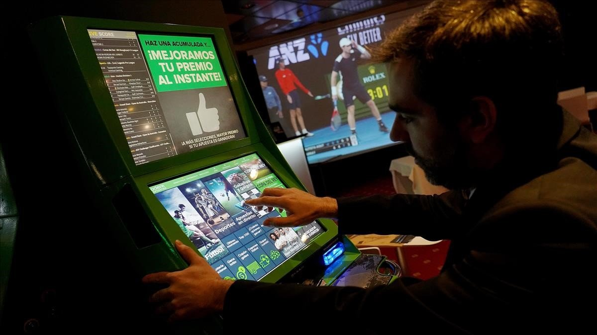 Un hombre realiza apuestas deportivas en una sala de juegos de Madrid, el pasado enero.