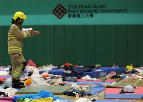 La Policía toma las instalaciones de laUniversidad Politécnicade Hong Kong.