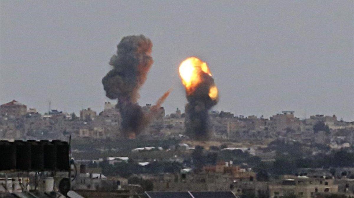 Humo tras un bombardeo israelí sobre Jan Yunis, en el sur de Gaza.