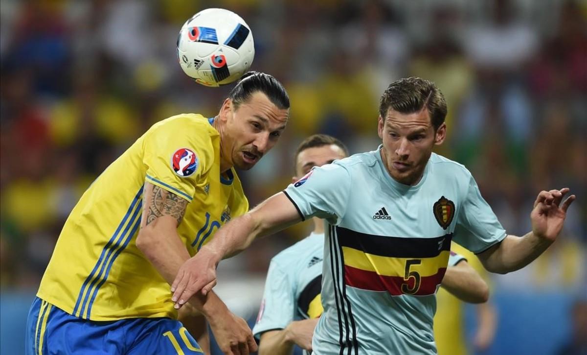 Ibrahimovic disputa el balón con el defensa belga Vertonghen.