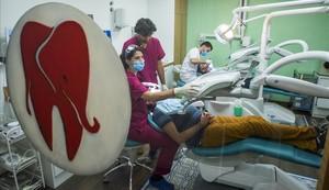 Cristian durante la visita odontológica de la oenegé Dentistas sobre Ruedas, ayer en Barcelona.