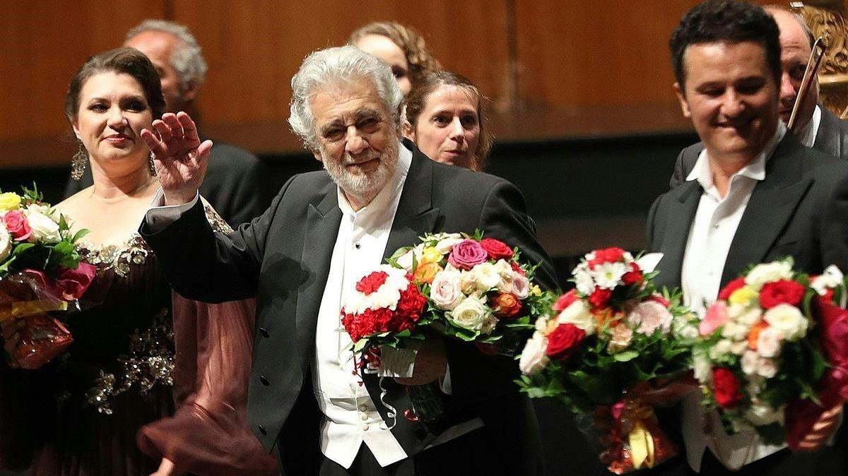 El tenor Placido Domingo,junto al resto del reparto de 'Luisa Miller', recibe los aplausos del públicoenel auditorio del Festival de Salzburgo este domingo.