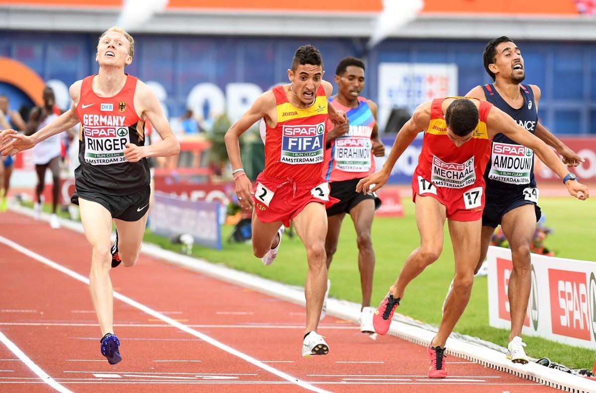 Ilias Fifa (en el centro) ganó la medalla de oro en los 5.000 metros en el campeonato de Europa de atletismo de Amsterdam, 2016.