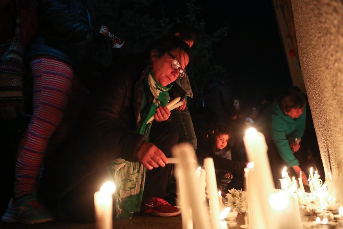 SANTIAGO DE CHILE CHILE 11 09 2018 - Una mujer enciende varias velas para honrar a los detenidos o desaparecidos durante la dictadura militar de Augusto Pinochet hoy martes 11 de septiembre de 2018 a las afueras del Estadio Nacional de Santiago de Chile Chile Miles de velas fueron encendidas esta noche por un numero similar de personas en los alrededores del Estadio Nacional el primer centro de detencion tras el golpe militar de Augusto Pinochet el 11 de septiembre de 1973 EFE Alberto Valdes