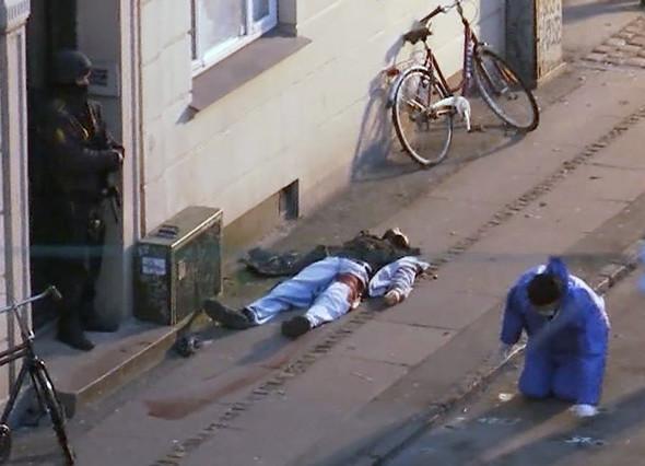 Imagen facilitada por la policía danesa en la que se ve el cuerpo del autor de los tiroteos de Copenhague, este domingo.