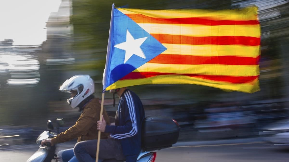 Independentistas en dirección a una protesta convocada por Asamblea Nacional Catalanay Òmnium Cultural, en el 2017.