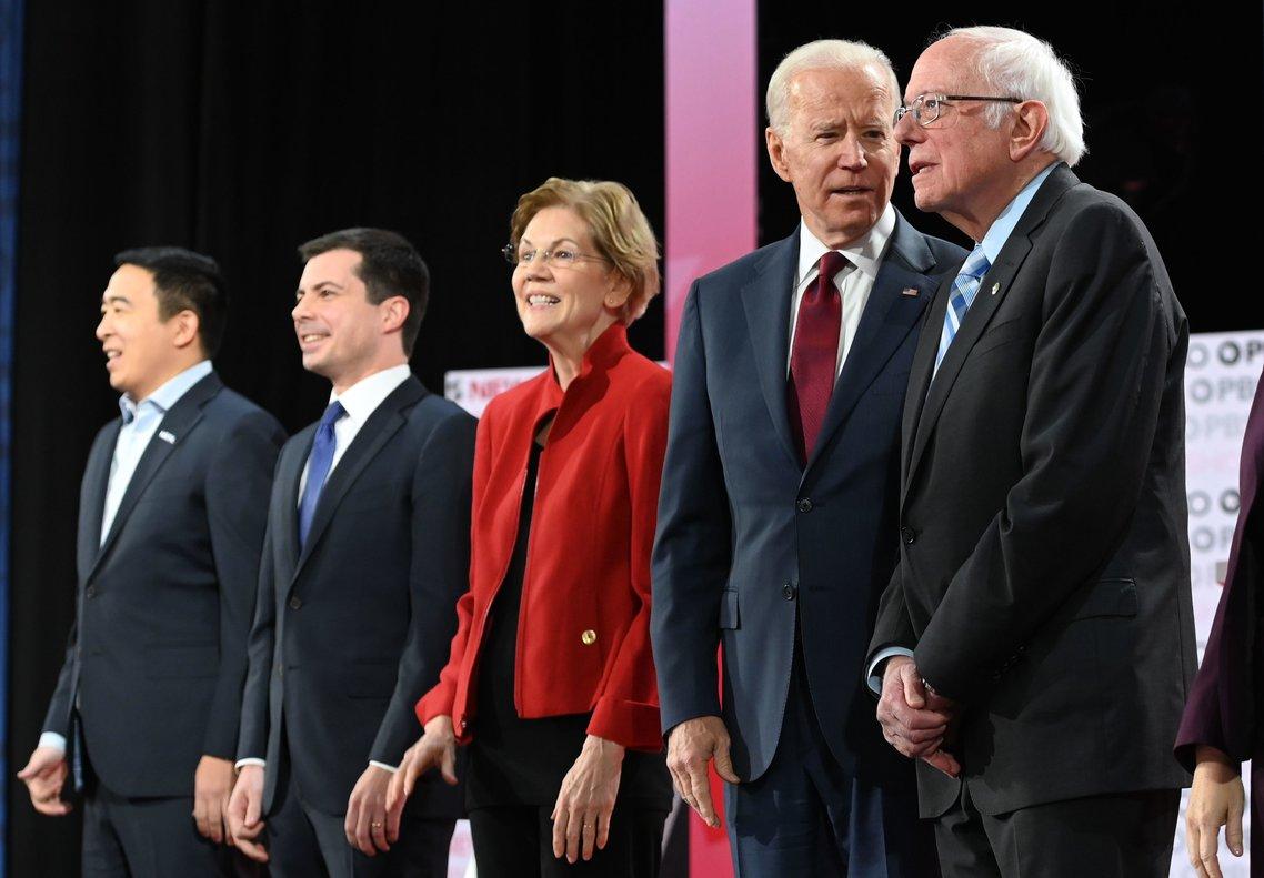 De izquierda a derecha, Andrew Yang, Pete Buttigieg,Elizabeth Warren, Joe Biden y Bernie Sanders, antes del debate demócrata en Los Ángeles.