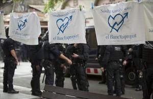 Mossos en la Travessera de Gràcia, durante el segundo desalojo.